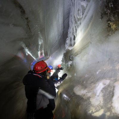 Dans la grotte de glace